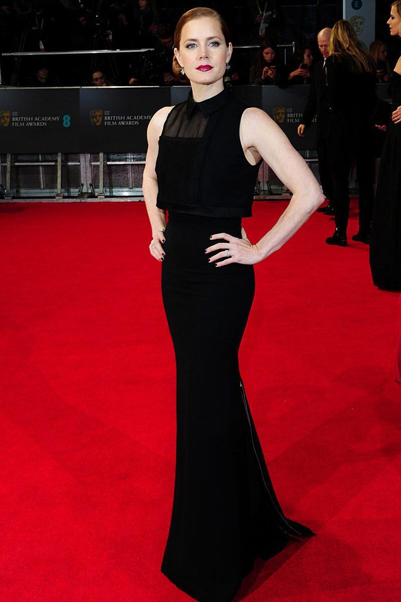 Amy Adams, nominada por su trabajo en  'American Hustle', y su long black dress de @victoriabeckham en los #EEBAFTAs http://t.co/kgL04Fzg0a