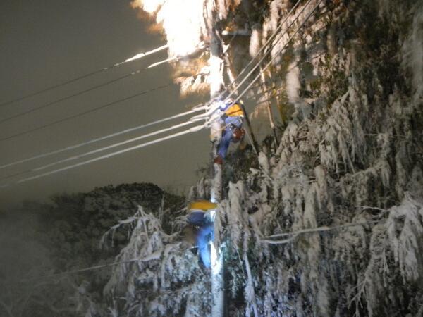 【一刻も早く明かりを灯せるように!】関東甲信地方に降り続けた豪雪。各地で発生した停電現場での取り組み状況をお伝えします。一刻も早く明かりを灯せるように全力で復旧に努めます。http://t.co/QxWWtuqf0v http://t.co/ULsO5tFuRw