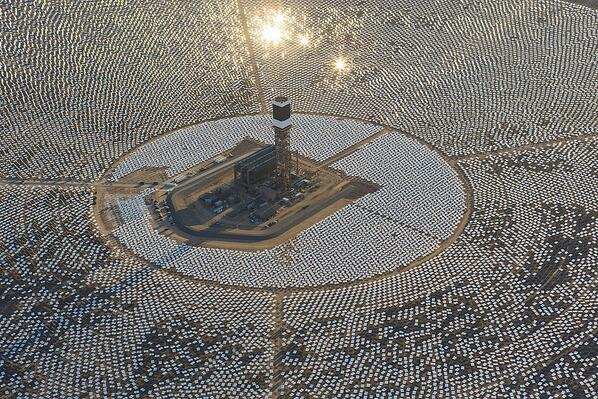 World's largest solar power plant, funded by Google, goes live in California. http://t.co/esyJJ9xW3I #Google http://t.co/DZeOXzxrBV