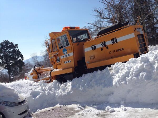 新潟から応援に来ている除雪車。こういうのを「絆」って言うんじゃねえのか? NHK! http://t.co/yntoJ7rAk1