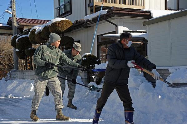 三沢基地では先々週35センチを超える積雪があったそうで、11日に基地の職員らが地域の高齢者の方々の家の雪かきを手伝いました。雪かきを行った隊員の一人は地元に貢献できる機会をありがたく思うと話したそうです。(写真: #米空軍 ) http://t.co/xSoNvzqBKg