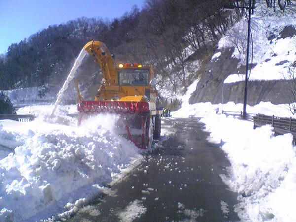 """オスプレイとか買わないで、除雪車買えよ。""""@Niigata_Bousai: 新潟県から派遣した除雪車による、山梨県北都留郡小管村・丹波山村の孤立解消に向けた国道411号線の除雪状況です。 http://t.co/OfE7j0T0mQ"""""""