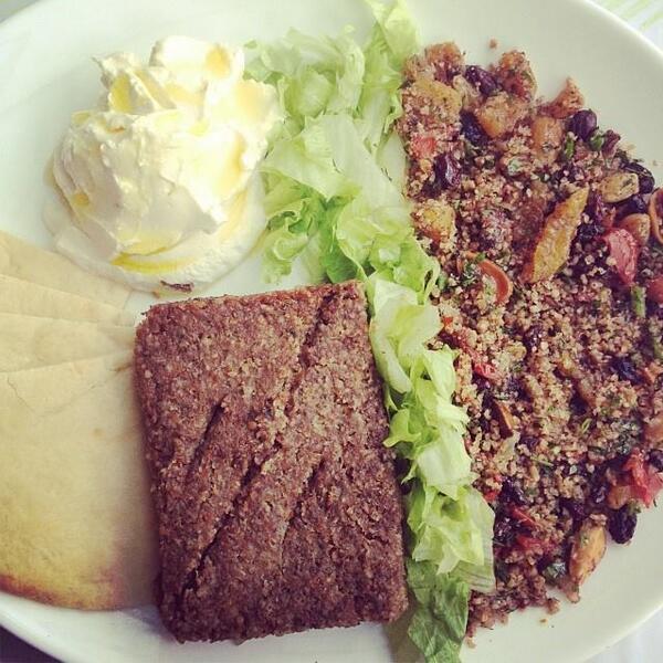 Hora do almoço chegando, já bate aquela fome... Que tal o prato da @ATaldaEsfiha? Está esperando por você! Humm! :D http://t.co/Gr5APALQoJ