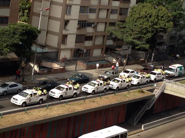 6 patrullas camino a chacaito con 8 PNB cada una  http://t.co/EbBCv747X3 via @josecvalerar