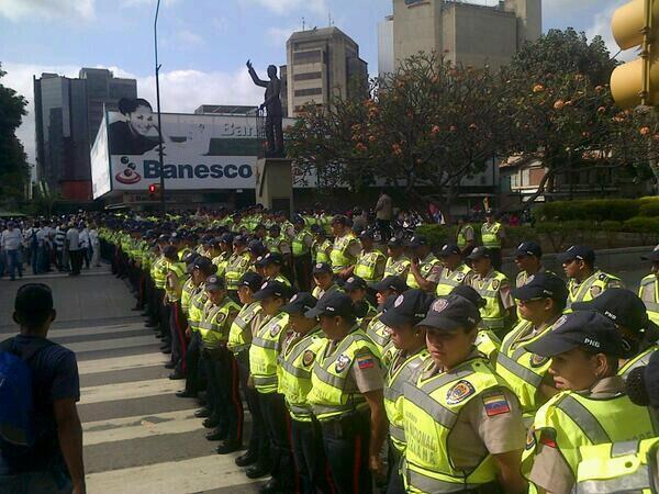 """#TodosSePreguntan Donde estaban estos Policías el año pasado cuando murieron por violencia mas 200mil Venezolanos? http://t.co/FS1KTDQUHz"""""""