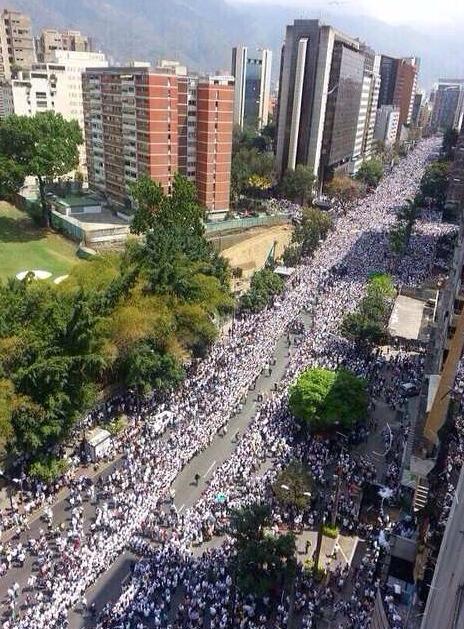 Somos muchos y seremos mas luchando por la libertad en Venezuela #SOSVenezuela Hoy es el 7mo día de estar en la calle http://t.co/iQzuLeESmD