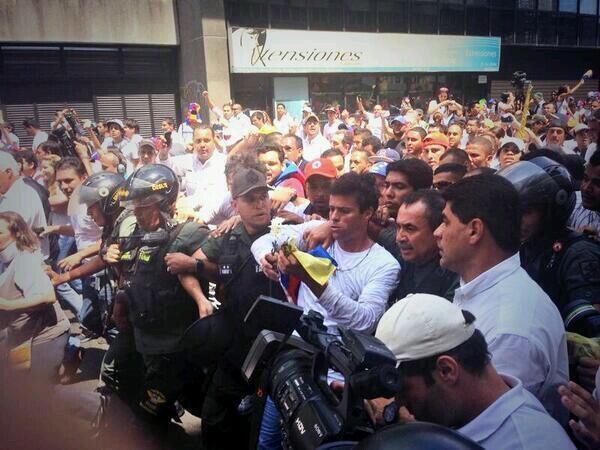 Así se entregó Leopoldo López: http://t.co/KZdZhvWrhl