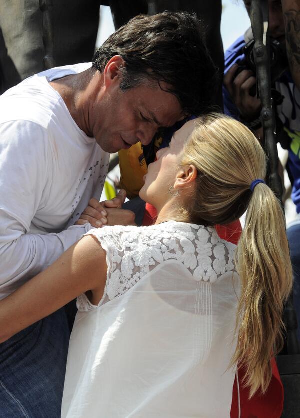 Emotivo momento de @LeopoldoLopez cuando se despide de su esposa antes de entregarse funcionarios de Guardia Nacional http://t.co/TvWlLswrqT