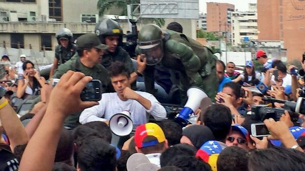 RT @RunRunesWeb: Leopoldo López se asoma y pide paz y tranquilidad a seguidores desde la camioneta que lo transporta http://t.co/jVuJ74vTho