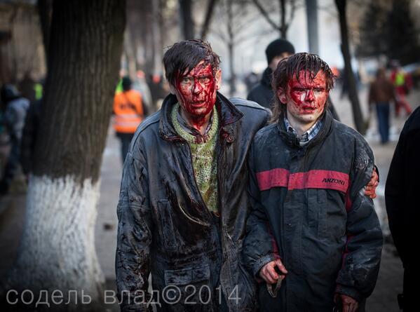 친 러시아 성향의 우크라이나 정권의 무자비한 반정부 시위대 탄압으로 100여명이 사망했다고 전해진다. 아래 사진은 그 참상을 보여준다 http://t.co/YqoyXrD50z