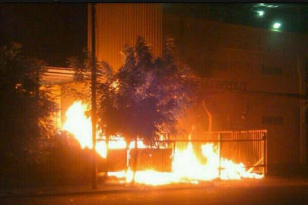 ESTÁ PASANDO: Reportan incendio en el Bicentenario de la avenida Fuerzas Armadas de Maracaibo tras manifestación http://t.co/HJ89IXxFu5