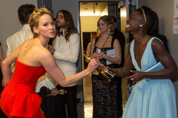 """Jennifer Lawrence a Lupita: """"Este Oscar es mío"""" #Oscars2014 http://t.co/7rRBphB1xC"""