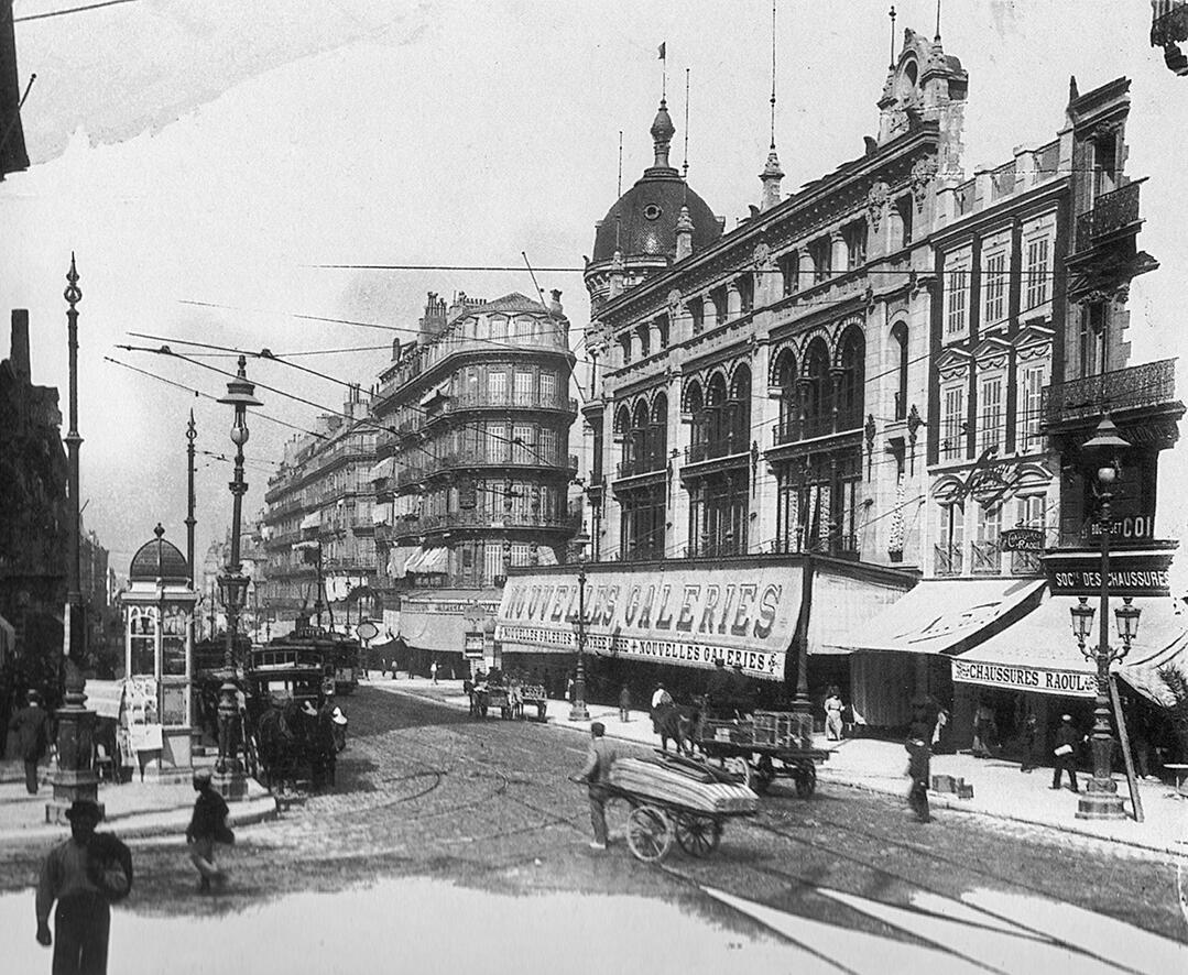 A droite des Nlles Galeries incendiées en 1938, le studio de l'illustre Nadar de 1897 à 1902 #Marseille1900 http://t.co/6GwciyrT2s