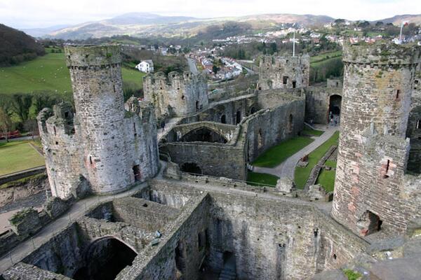 【天空の城ラピュタ】コンウィ城イギリス、ウェールズ北部の都市コンウィにある城。ラピュタの城のモデルとなったお城です。