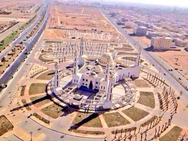 """مسجد مبني بعرض أكبر للصفوف الأولى وكأنه يحاكي حديث """"خير صفوف الرجال أولها""""   أعجبني التصميم بشكل عام  @sa1eng http://t.co/ZTCde9wPdx"""