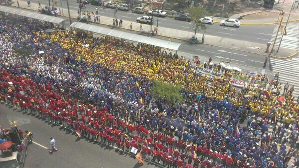 #YoLoCubro Los larenses ya están formado la Bandera de Venezuela frente a la Catedral d #Barquisimeto @luisandreinac http://t.co/dFdLOoSfR5