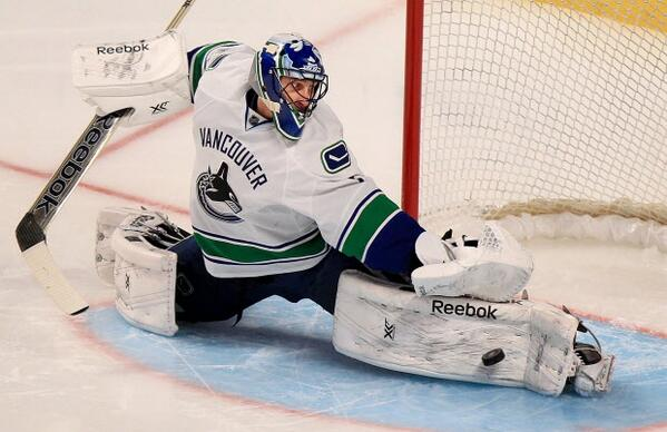 #Breaking: #Vancouver #Canucks trade Roberto #Luongo to Florida #Panthers http://t.co/OizJSVEeQE #NHL #hockey http://t.co/i4QmsqUtvo