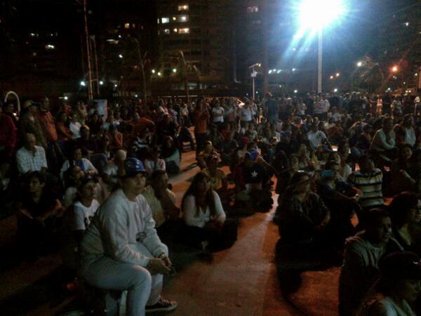 Aquí en la calle viendo a @fdelrinconCNN en CNN desde #Lechería #Anzoategui  @debatedecalle http://t.co/JfT5pvvjNO