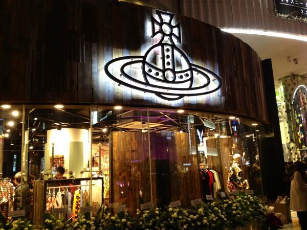 本日22日にラフォーレ原宿にオープンする、「Vivienne Westwood Anglomania」の初の旗艦店のオープニングレセプションへ!! 明治通り沿いに輝く「オーブ」が目印!! http://t.co/pFx7EMKdxK