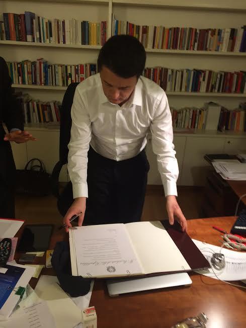 Il momento in cui @matteorenzi nel suo studio al Nazareno firma i documenti da Presidente del Consiglio incaricato http://t.co/LENYSDi1dr