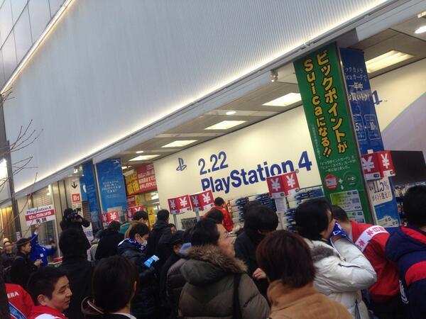 PS4売り場に行列が出来る