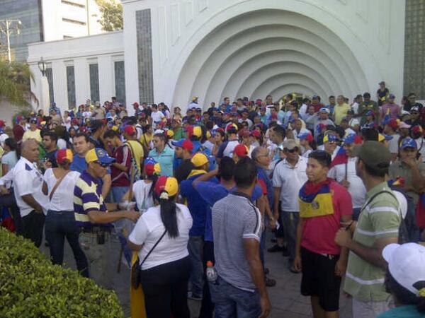 """#Maracaibo #Zulia irreverente, decidido, nuevamente se concentra en su #PlazaRepublica 5:37 pm http://t.co/wLl9QaYyHR"""" via Werner Gutierrez"""
