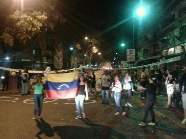 MT @ElkisBejarano: Cerrada Av Miguelangel de Bello Monte. Protesta pacifica.mucha gente en la calle http://t.co/B8QJiv35GV