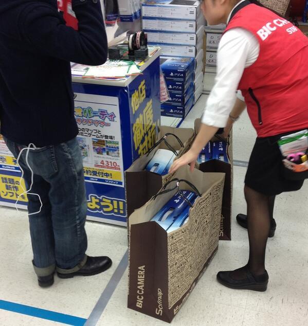 RT @Vince_Tokyo: Ah ben lui tranquille, il en achète 6 ! ^o^ #PS4 #Shinjuku http://t.co/rlomfVHFUN