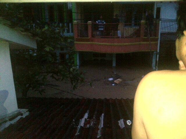 Banjir 3 meter lebih di Perum Pondok Gede Permai, Jatiasih Bekasi. http://t.co/cuJFAtYknU foto: @chrissie_rich