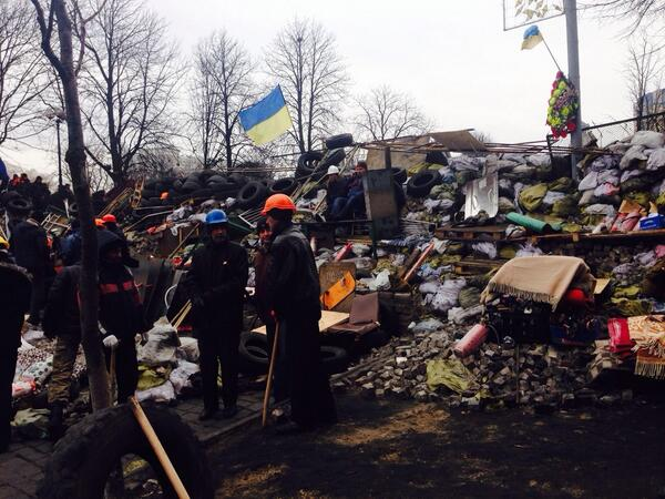 Feels like regime change #Kiev  No sign Pres, Riot Police, control. Protesters on barricades, making petrol bombs http://t.co/Bz8BZcBm5h