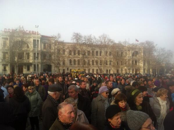 MT @shustry: Main square of Sevastopol, home of Russian Black Sea fleet: protest demanding reunification with Russia  http://t.co/bM10qpidFS