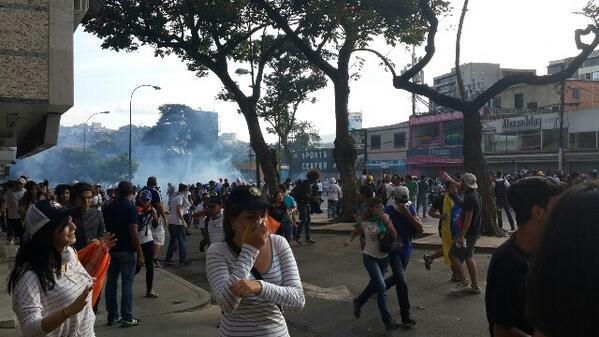 Primeras lacrimógenas en #Altamira 4.25pm http://t.co/b0agkOOzDO