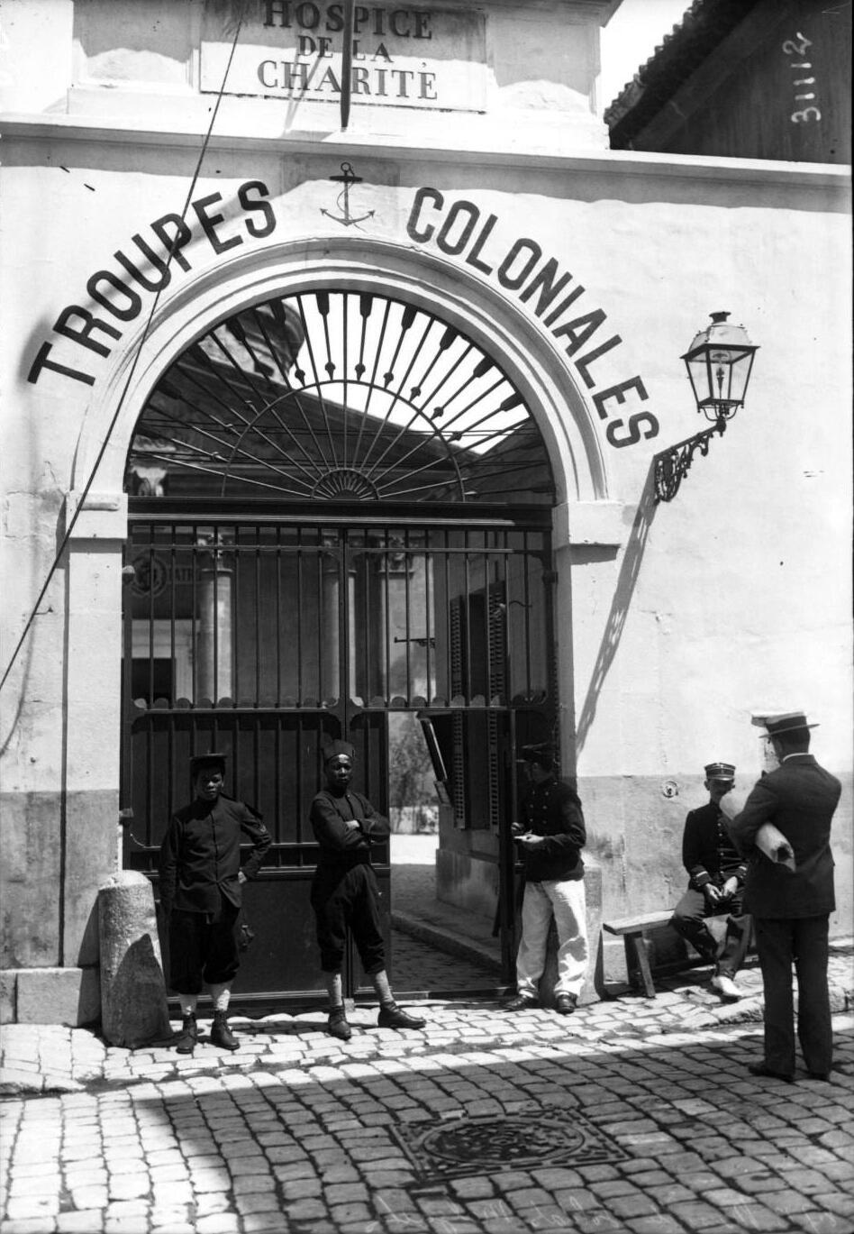 Des soldats malgaches à l'entrée de la Vieille Charité, bastion des troupes coloniales en 1913 #Marseille http://t.co/J1GuEYEPqJ