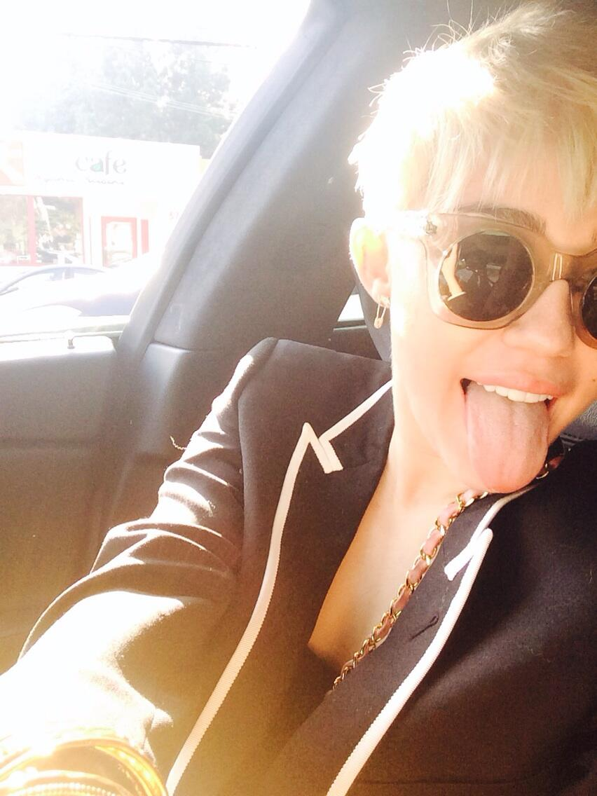 heading down to Staples for my LA show tonight #bangerztour 👅 @marcjacobsintl thanks for my new sunnies 💋 http://t.co/ZXIpDbwMD1