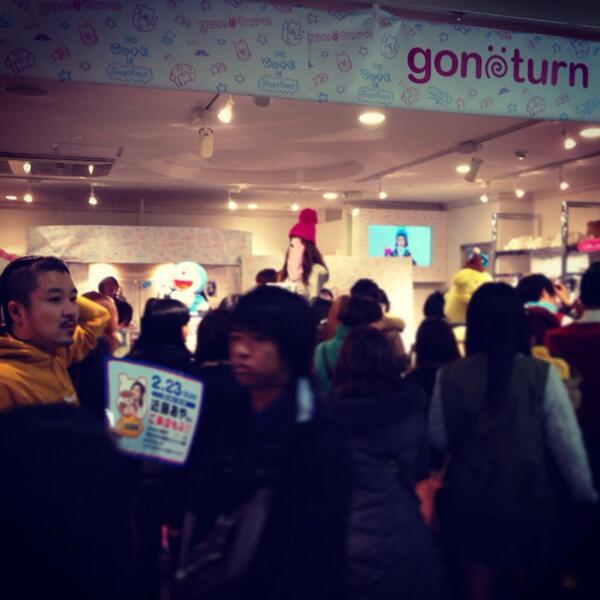 用賀で部屋を紹介した後、109でやってるgonoturnのお店の、近藤あやちゃん(@DiamondAya)のイベントにきた!ひとがたくさんいる! http://t.co/Dxi2F6UVJI