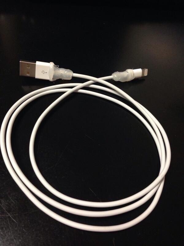 Problemas con su cable? Con silicona en los extremos se le garantiza mayor durabilidad. #apple #iphone5 http://t.co/hwIaa9NGDP