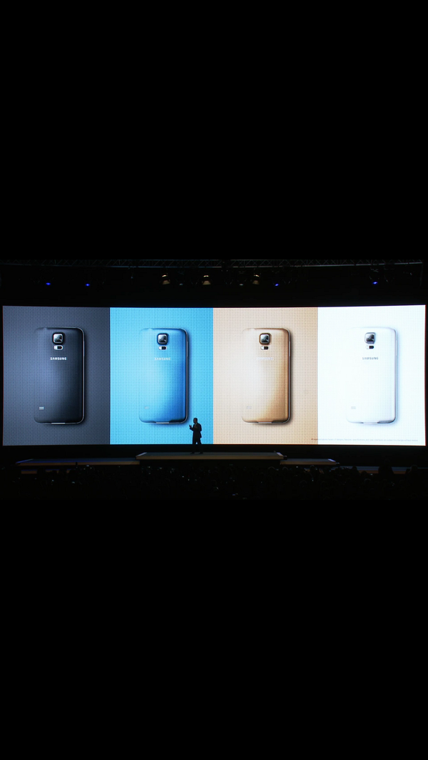 The #GalaxyS5 looks the same. Samsung tryna pull an Apple on us. :( http://t.co/PIamWmAuva