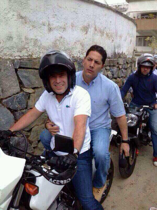"@fdelrinconCNN ya en Venezuela recorriendo las calles! Periodista VALIENTE buscando la verdad! @CNNE :: http://t.co/oes5qj5b7n"""