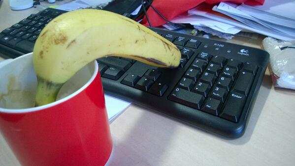 Who needs to find an autoscroll function when you have a banana?... http://t.co/t5NTmYD6Vj