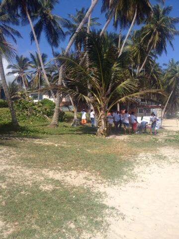 Consejos comunales limpian su playa con la alegría característica del margariteño! @izarradeverdad http://t.co/ByvhmVEZT7