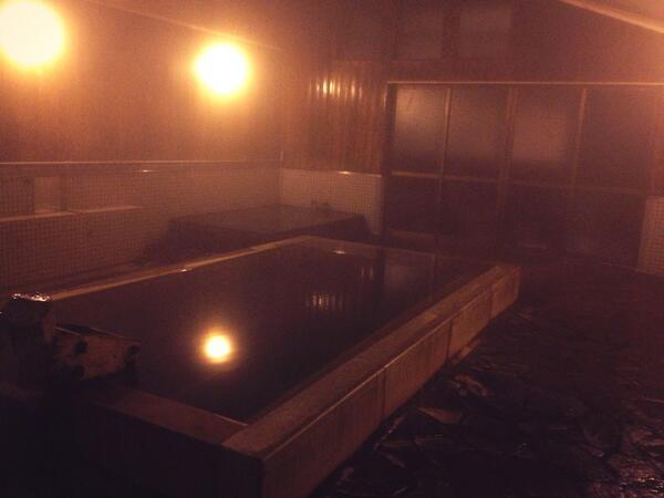 高橋亜矢 (@yamokorori): 小諸ICと湯の丸ICの間くらいにある、布引観音温泉。地元の人が毎日通う素朴な施設で、素泊り4000円。もちろんかけ流しのいいお湯!浅間山域にきたときに、安くていいかも☻ http://t.co/pnL935ouVc