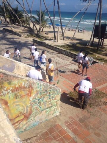 @izarradeverdad aquí estamos en Playa El Agua, limpiando para que estos carnavales sea la playa más #chevere http://t.co/fJl8RzA2m3