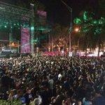RT @AnielBigio: A más de una hora para el concierto de @Calle13Oficial, el público sigue llegando a la avenida Universidad. http://t.co/xeW…
