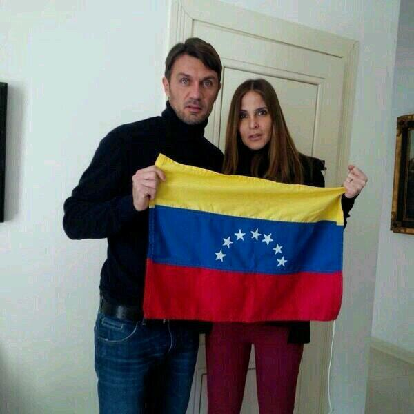 Paolo Maldini junto a su esposa, la venezolana Adriana Fossa, le mandaron un mensaje de apoyo. Vía @ETORTOLERO10 http://t.co/Wvv9q4dhKk