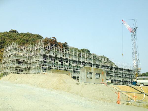 薄磯に巨大な復興住宅を建設中。 http://t.co/69uQyGKkjp