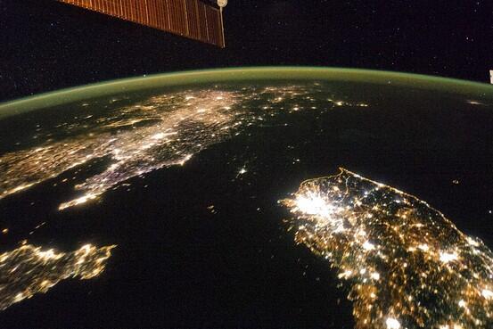 左上が中国、右下が韓国、その間の黒い部分が北朝鮮⇒真っ暗な北朝鮮、衛星写真の夜景「まるで海」―NASAが最新版公開 http://t.co/j5lqm1hqay (Reuters) http://t.co/BgnGDLsLto