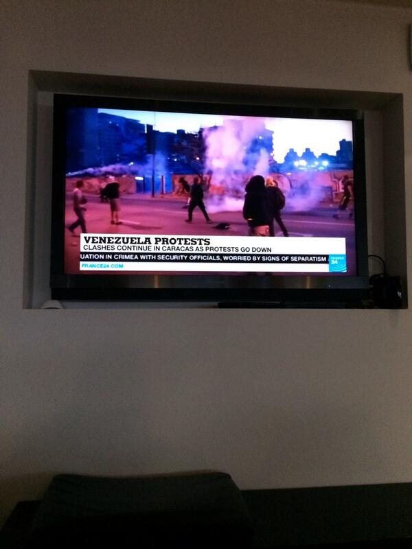 En el aeropuerto de París y sale en las noticias lo que pasa en Venezuela! Poco a poco el mundo se entera de todo! http://t.co/uG2hA6OkvM