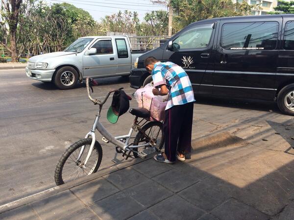 ใครเจอน้องคนนี้ แถวเรียบด่วน ช่ดพร้าว น้องปั่นจักรยานขายถั่วต้ม อุดหนุนกันนะ เลี้ยงแม่+น้องอีก2คน มารยาทดีมาก http://t.co/fs2SiTtuXw