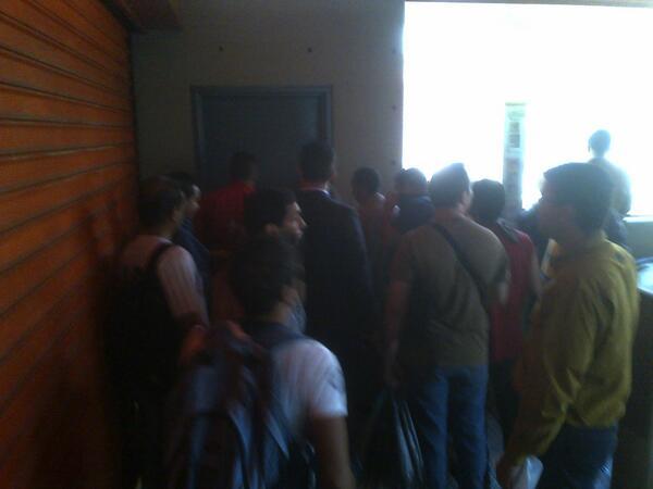 #ATENCIÓN Personas asfixiadas NO PUEDEN SALIR de la estación Altamira luego de que fuera cerrada http://t.co/4FBcv7qwn7 DIFUNDIR