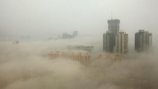 """l'aria di #pechino è pari all' """"inverno #nucleare"""". guarda ' sta foto impressionante http://t.co/Od5kIumPpm #cina #smog #inquinamento"""